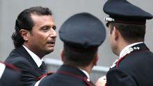 """Der Kapitän der """"Costa Concordia"""", Francesco Schettino (links), vor dem Gericht im italienischen Grosseto"""