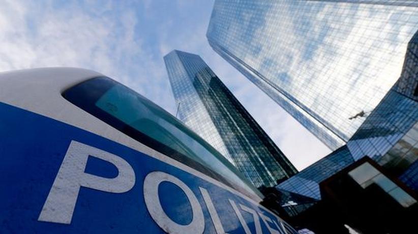 Banken: 12. Dezember 2012: Polizeiautos vor der Zentrale der Deutschen Bank in Frankfurt
