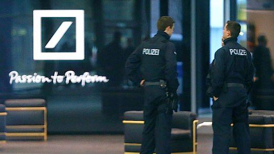 Polizisten vor der Zentrale der Deutschen Bank in Frankfurt am Main