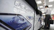 Smartphone-Boom auch in Japan: Ein Kunde begutachtet die Samsung-Modelle