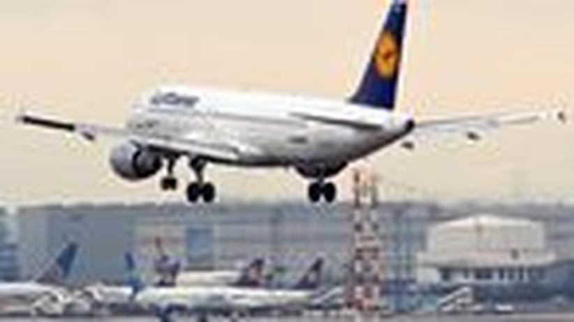 Flugverkehr: Lufthansa schließt Standorte und streicht Dividende