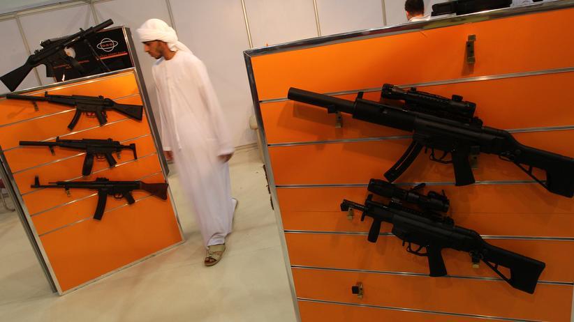Rüstungsindustrie: Ein Mann besucht auf einer Waffenmesse in Abu Dhabi den Stand von Heckler und Koch (Archiv).