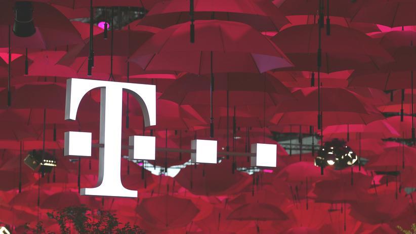 Deutsche Telekom: Regenschirme an einem Messestand der Telekom