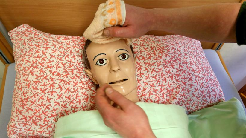 Statistisches Bundesamt: Eine Puppe für die Ausbildung von Altenpflegern