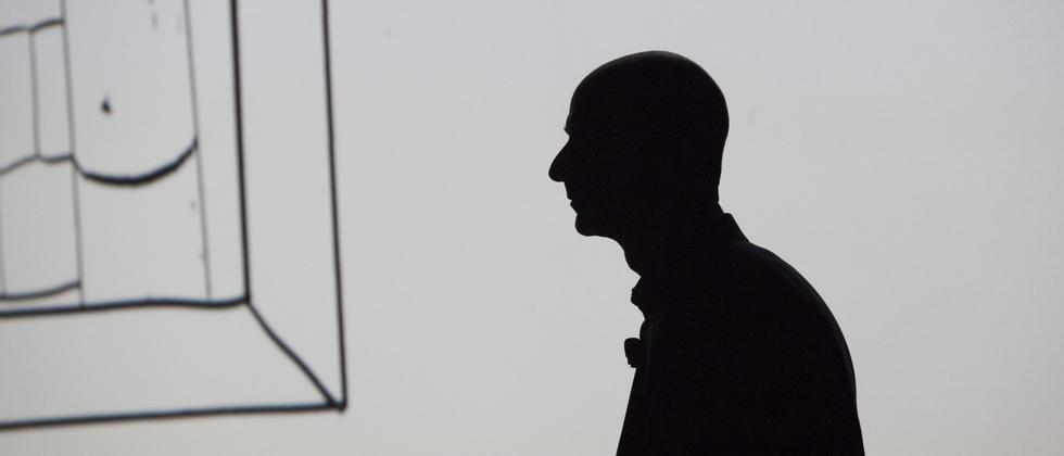 Jeff Bezos als Schattenriss im vergangenen Juni während der Präsentation des ersten Amazon-Smartphones Fire in Seattle