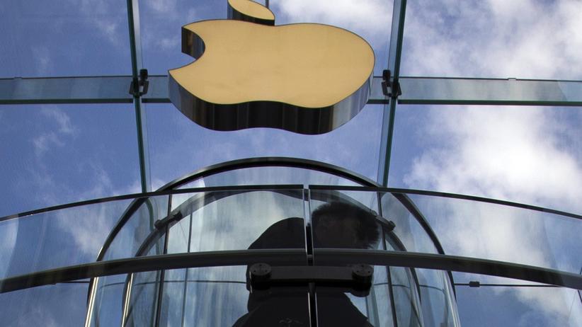 Ein Kunde am Eingang des Apple-Stores in Manhattan beim Verkaufsstart des neuen iPhones
