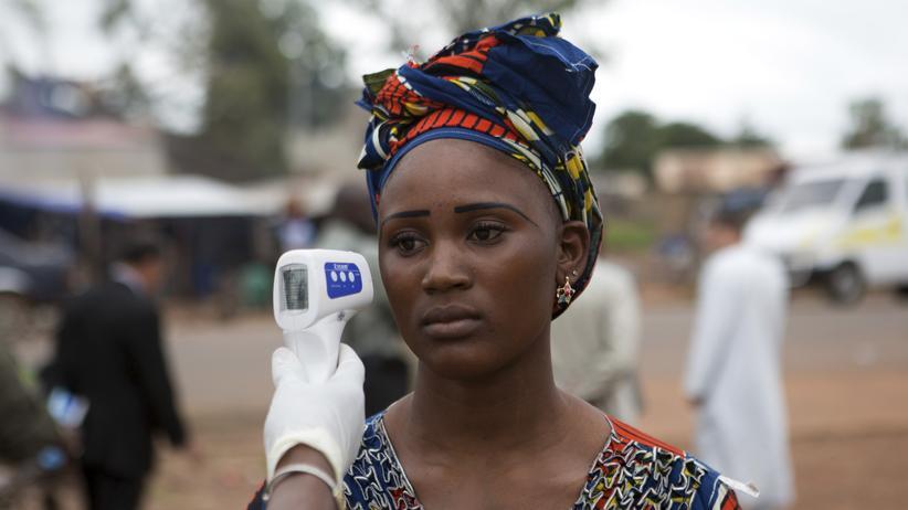 Eine Frau wird medizinisch untersucht