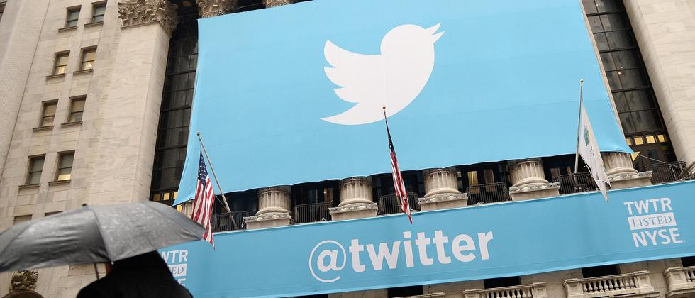 Das Twitter-Logo auf einem Monitor an der New Yorker Börse