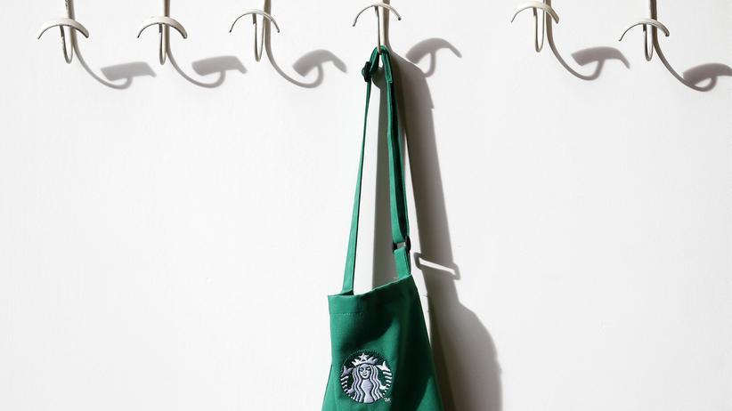 Eine Starbucks-Schürze hängt in einer Filiale in London.