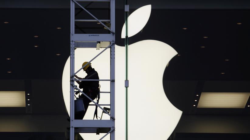 iPhone 6 : Ein Fassadenarbeiter an einer Apple-Filiale in Hongkong
