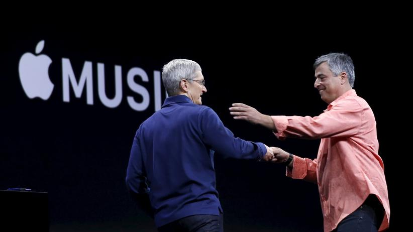 Apple-Chef Tim Cook und Topmanager Eddy Cue: Apple will weiblicher werden.