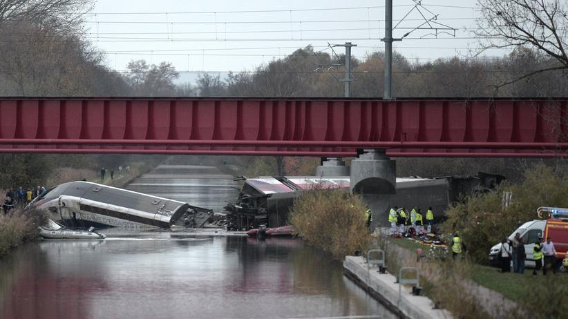 Elsass: Der entgleiste TGV im Rhein-Marne-Kanal nördlich von Straßburg
