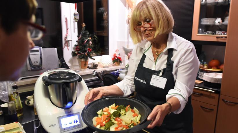 Eine Thermomix-Beraterin zeigt, was die Küchenmaschine TM5 alles kann.