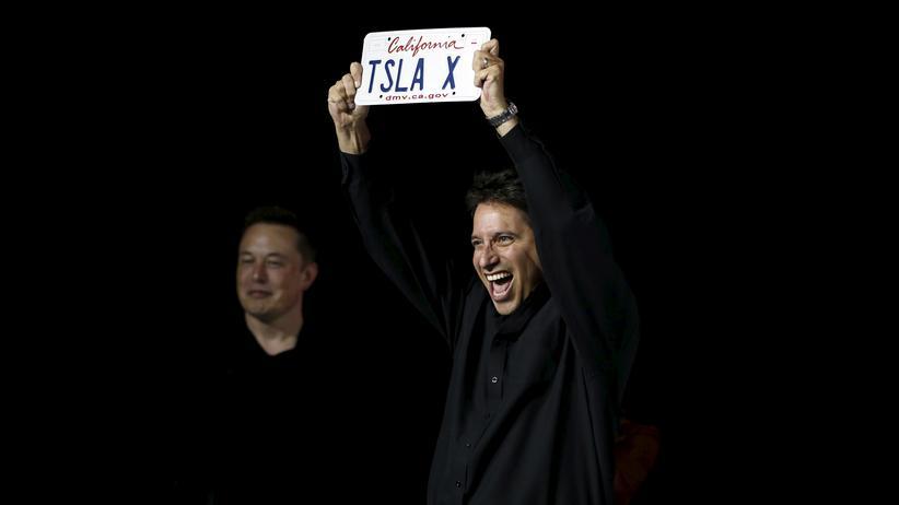 Elon Musk lächelt im Hintergrund während der Präsentation des Tesla Model X in Fremont im US-Bundesstaat Kalifornien am 29. September 2015.