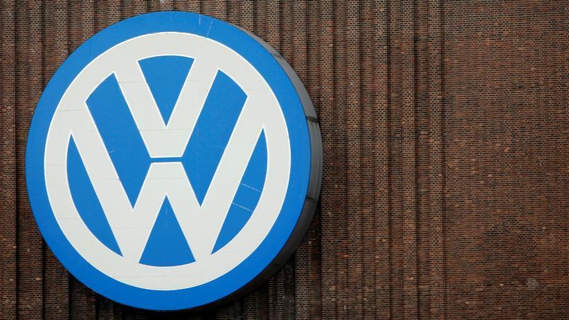 Abgasmanipulation: Das Volkswagen-Logo am Wolfsburger Werk