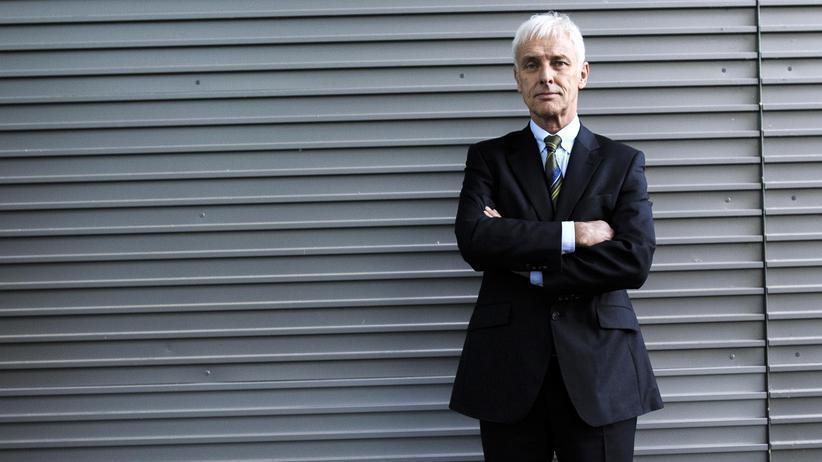Manager: Volkswagen-Chef Matthias Müller posiert nach einer Pressekonferenz zum Emissionsbetrug im vergangenen Dezember für den Fotografen.