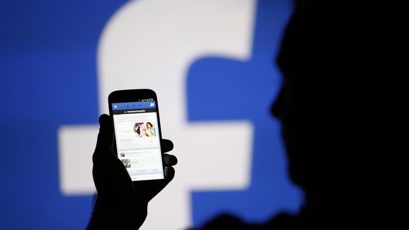 Facebook: Ein Facebook-Nutzer im bosnischen Zenica (Archiv)