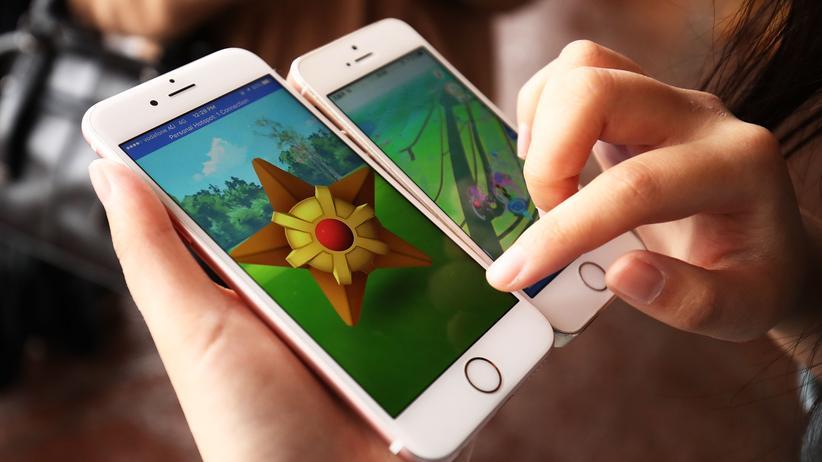 """""""Pokemon Go"""": Jugendliche in Australien spielen """"Pokemon Go"""" auf dem Handy."""
