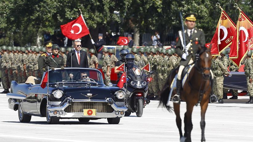Militär in der Türkei: Der türkische Präsident Erdoğan bei einer Militärparade im Jahr 2015.