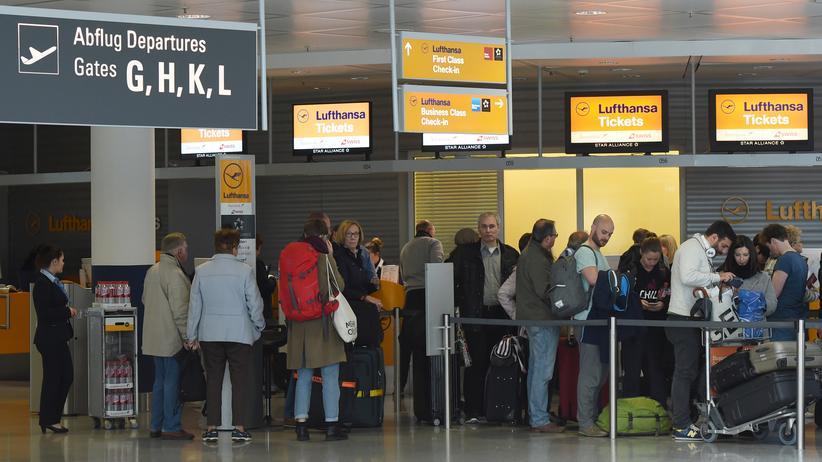 Flugpreise: Kunden warten vor einem Ticketschalter am Franz-Josef-Strauß-Flughafen in München. © CHRISTOF STACHE/AFP/Getty Images ()
