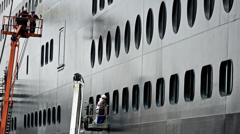 Bremen: Arbeiter reinigen das Kreuzfahrtschiff Queen Mary 2 in der Hamburger Werft Blohm+Voss.