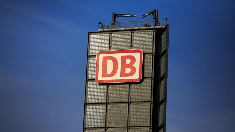 Das Logo der Deutschen Bahn am Berliner Hauptbahnhof