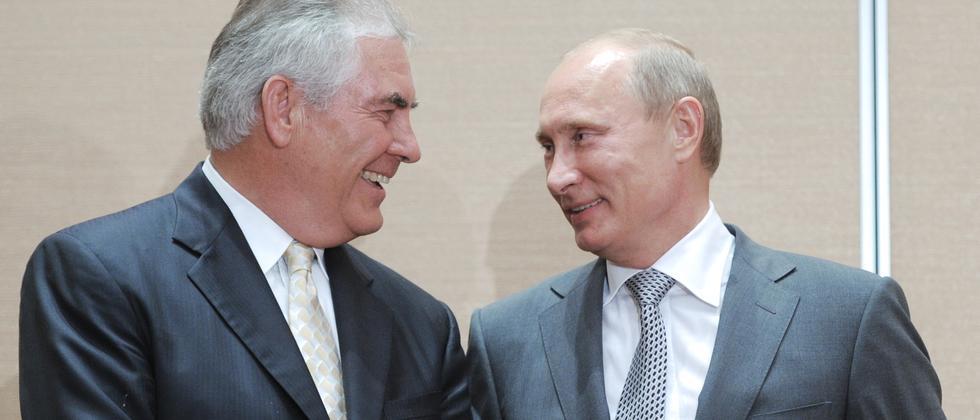 Russlands Präsident Vladimir Putin mit dem damaligen Exxon-Chef Rex Tillerson.