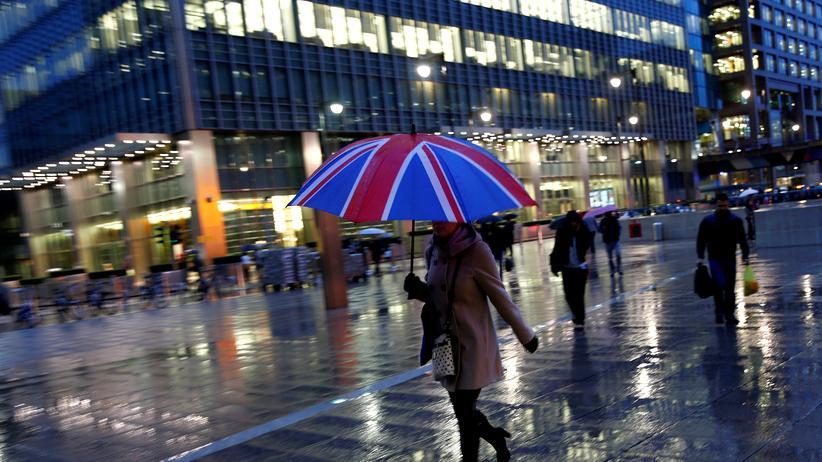 Banken: Passantin im Londoner Geschäftsdistrikt Canary Wharf