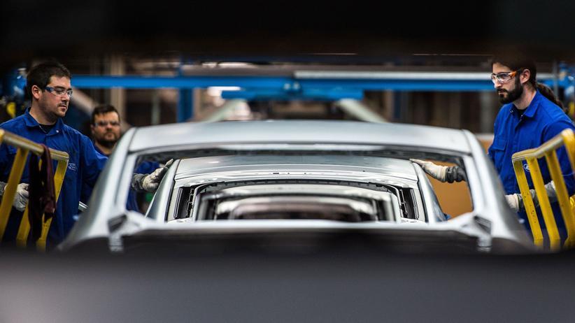 Sparplan: Mitarbeiter arbeiten an Fahrzeugen im Ford-Werk in Valenzia, Spanien.