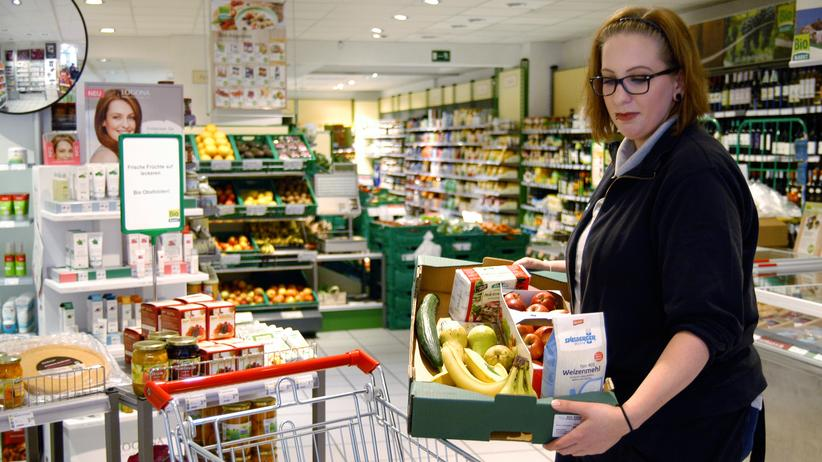 Lokaso: Eine Mitrabeiterin des Biomarkts Klaus Wolf in Siegen packt die Waren für die Lokaso-Fahrerin.