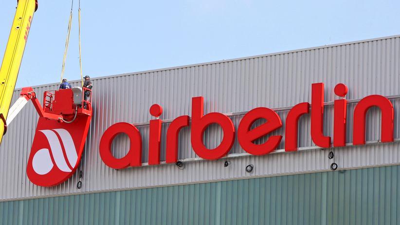 Fluggesellschaft: Arbeiter montieren das Air Berlin-Logo am Berliner Flughafen Schönefeld.