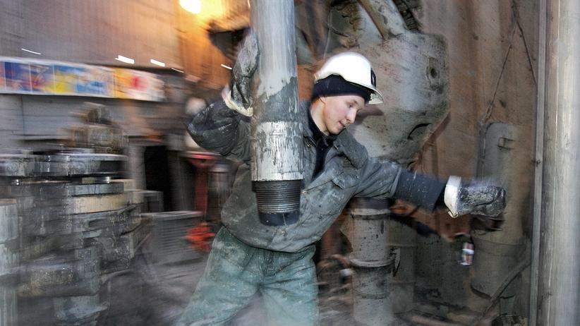 Rosneft: Ein Mitarbeiter einer Ölraffinerie, die einst Yukos und heute Rosneft gehört.