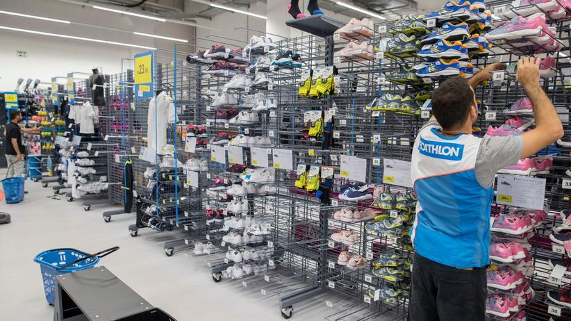 Decathlon: In einem Decathlon-Markt in der Nähe von Tel Aviv füllt ein Angestellter die Auslagen auf.