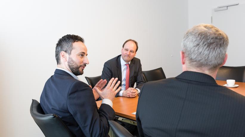 Markus Miele (mitte) im Interview mit den ZEIT ONLINE-Redakteuren Zacharias Zacharakis und Matthias Breitinger (rechts)