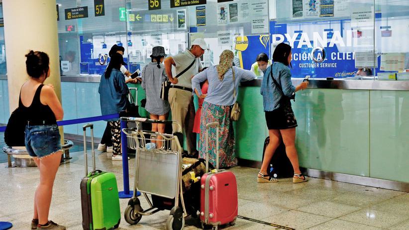 Handgepäck: Der Rollkoffer darf im Normaltarif nicht mehr umsonst mit: Ryanair-Kunden in Barcelona