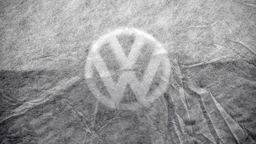 Abgasgrenzwerte: Die abgedeckte Motorhaube eines Volkswagen