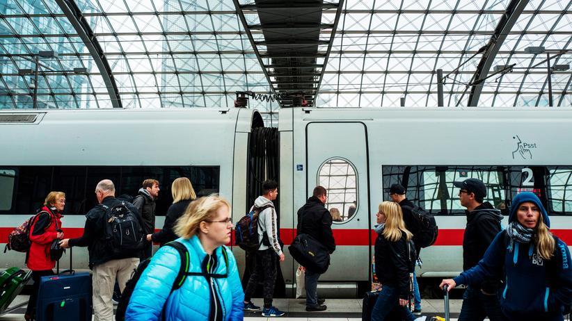 Deutsche Bahn: Ein ICE kurz vor der Abfahrt aus dem Berliner Hauptbahnhof