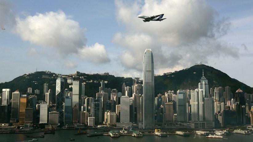 Airbus: Ein A380 über der Skyline Hong Kongs
