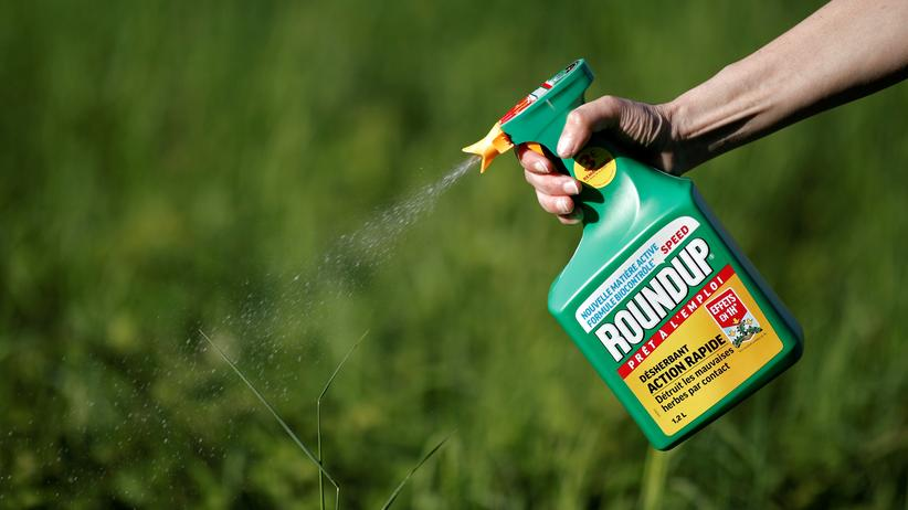 Glyphosat: Eine Frau nutzt Monsantos Pflanzenschutzmittel Roundup, das Glyphosat enthält