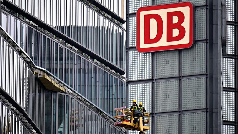 Staatskonzern: Logo der Deutschen Bahn am Berliner Hauptbahnhof