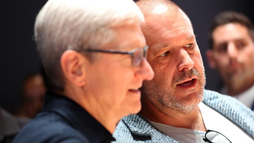 Jony Ive: Tim Cook, der CEO von Apple (links), im Gespräch mit dem Chefdesigner Jony Ive