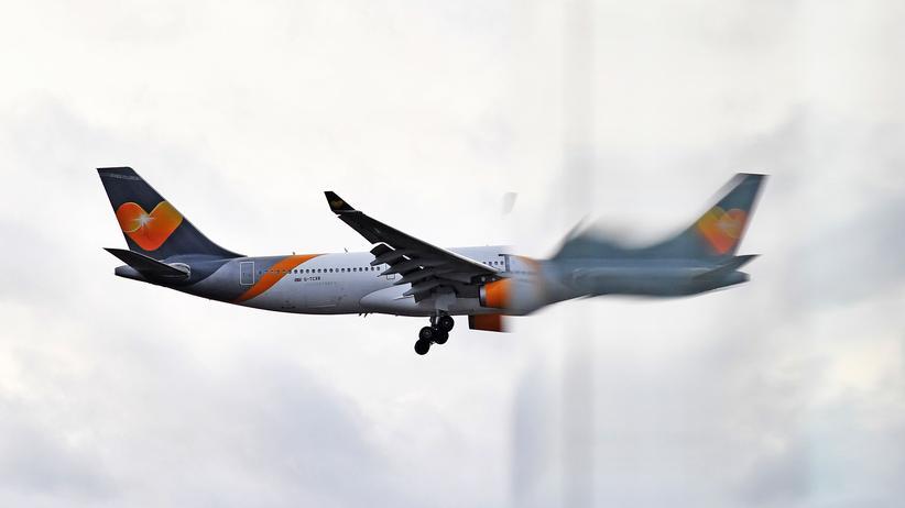 Condor-Verkauf: Ein Flugzeug der Fluggesellschaft von Thomas Cook spiegelt sich an einem Fenster des Gatwick Flughafens in London