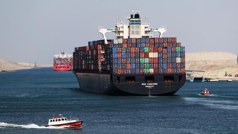 CO2-Emissionen: Containerschiffe im vor 150 Jahren eröffneten Suezkanal. Seit der Jahrtausendwende ist der weltweite Containerverkehr stark gewachsen.