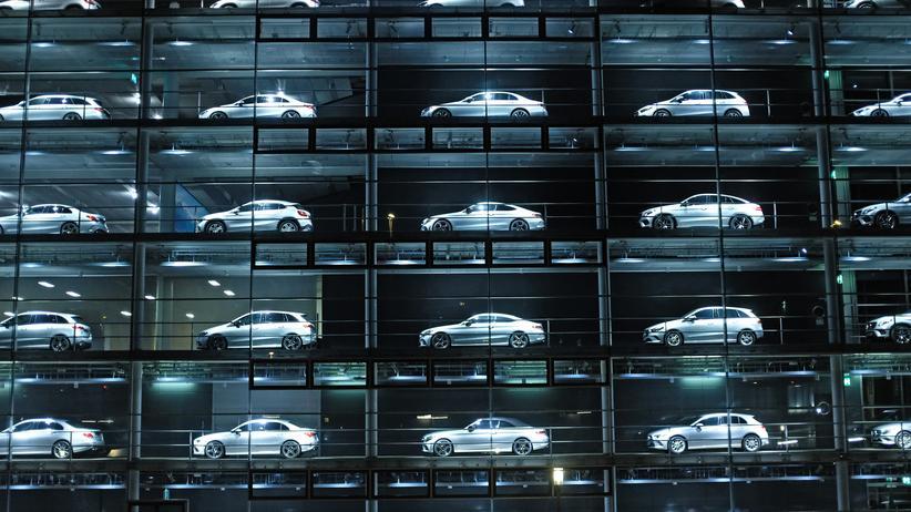 Autohersteller: Fahrzeuge der Marke Mercedes-Benz eines Händlers in München