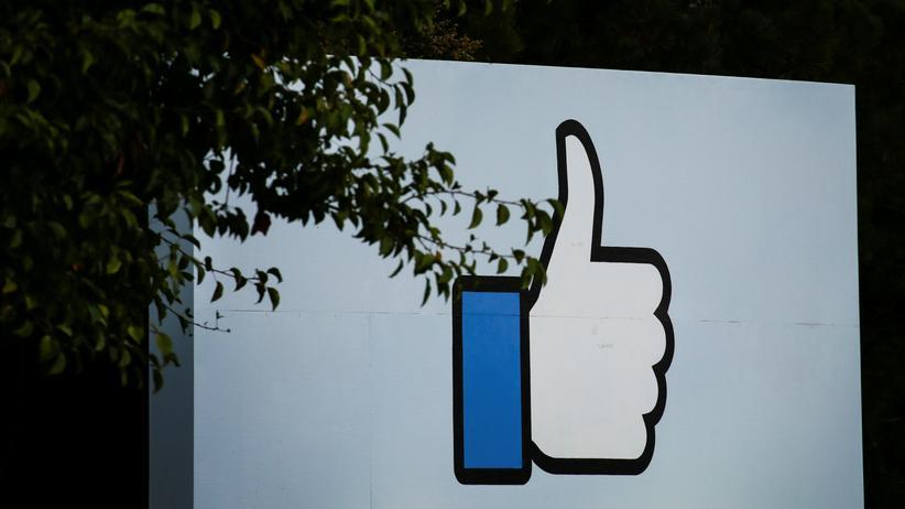 Social Media: Daumen hoch für die Werbepraxis von Facebook? Das sehen Kritiker anders.
