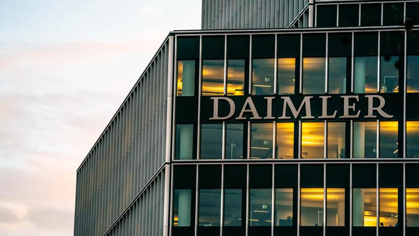 Autokonzern: Licht und Schatten: Die Daimler-Zentrale in Stuttgart am Tag vor der jährlichen Bilanzpressekonferenz