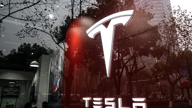 US-Konzerne: Tesla schafft ersten Jahresgewinn – Apple meldet neuen Rekordgewinn