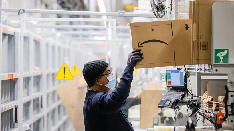 Negocio de pedidos por correo: En un centro logístico de la empresa de pedidos por correo Amazon