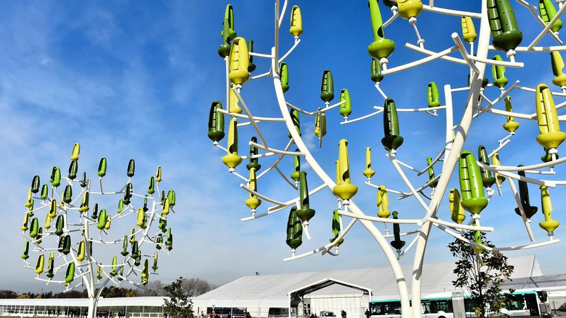Green Bonds: Ein Baum, mit Mini-Windturbinen behangen: Die Installation schmückte den Klimagipfel des vergangenen Jahres in Paris.