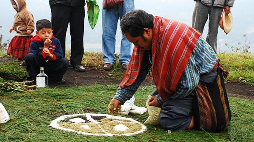 Indigene Völker: Der Maya-Priester Rodrigo Jom Tilom zieht während einen uralten Zeremonie einen Kreis aus Zucker